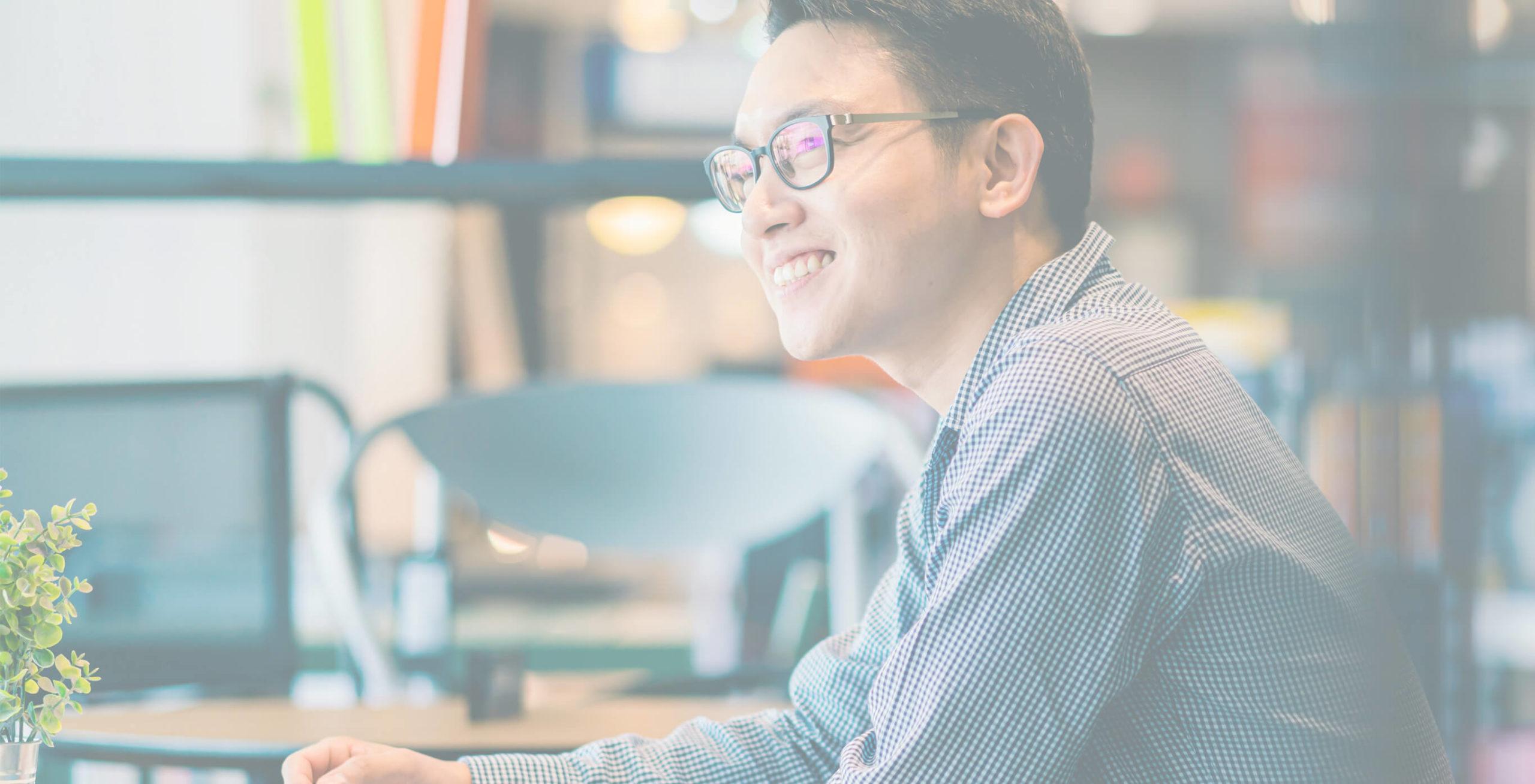 パソコンを操作する笑顔の男性